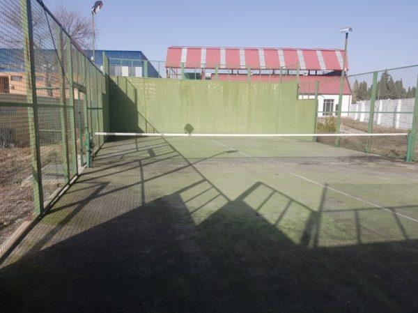 pista de pádel con muro en Horcajo de Santiago